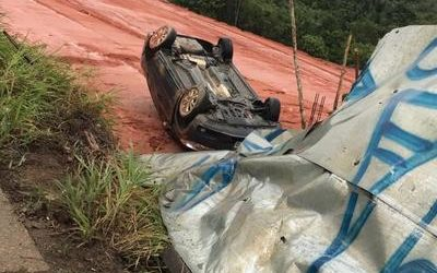 Motorista fica ferido após carro capotar na Avenida do Turismo