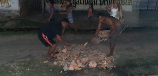 Tefeenses tampam buracos de ruas no bairro do Abial com restos de tijolos