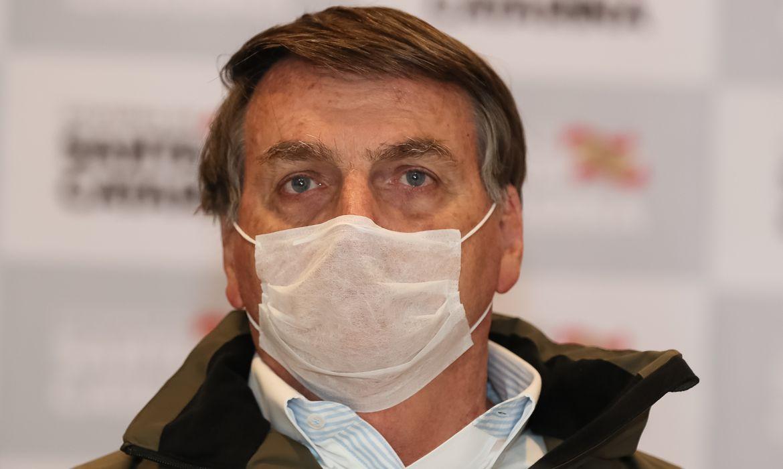 'Calça apertada não é coisa de homem', diz Bolsonaro em live em favor de armamento