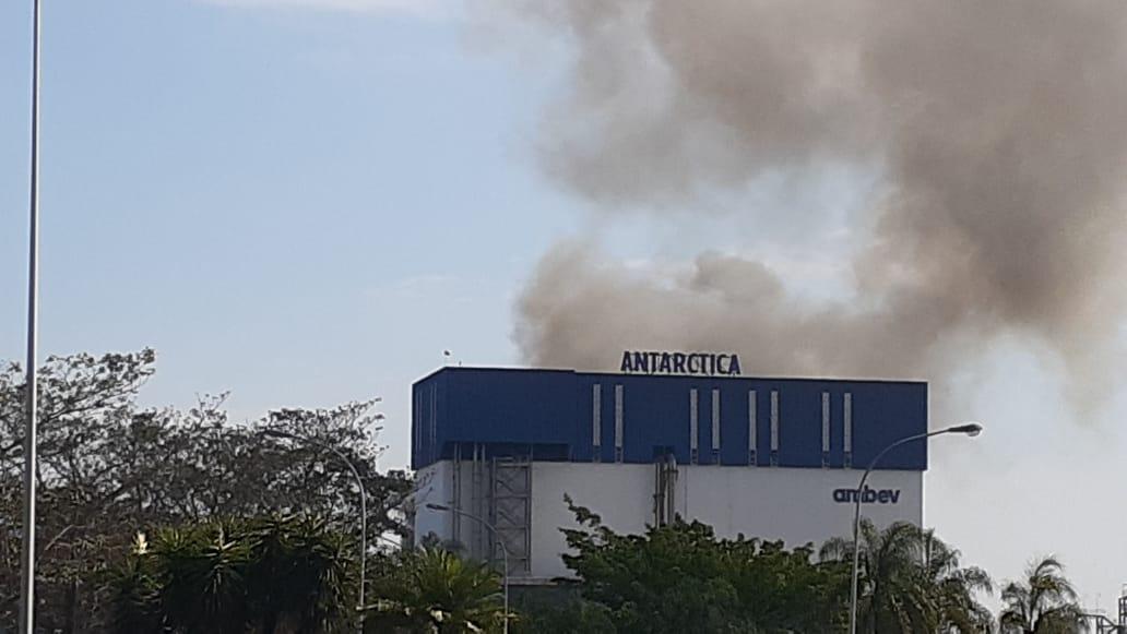 Fábrica de cerveja da Ambev pega fogo; Bombeiros controlam o incêndio