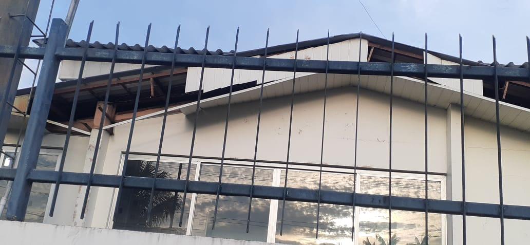 Depois de vídeo de banheiro, internautas compartilham fotos de abandono em fachada de hospital de Tefé