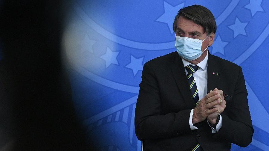 Bolsonaro cita risco de impeachment e diz ter que vetar perdão a igrejas
