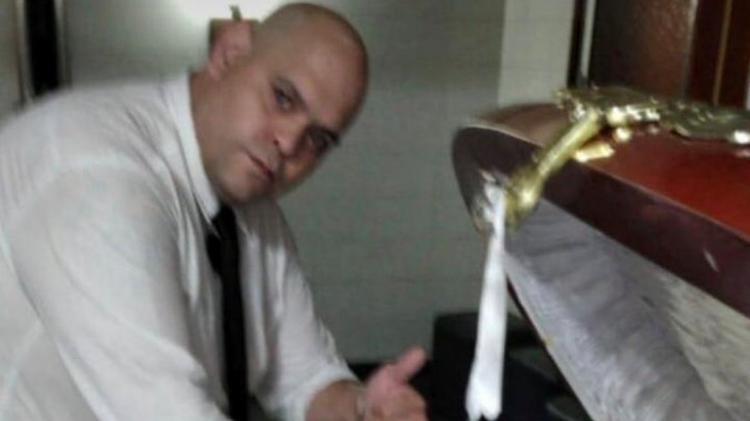 Funcionário de funerária é demitido após posar com corpo de Maradona