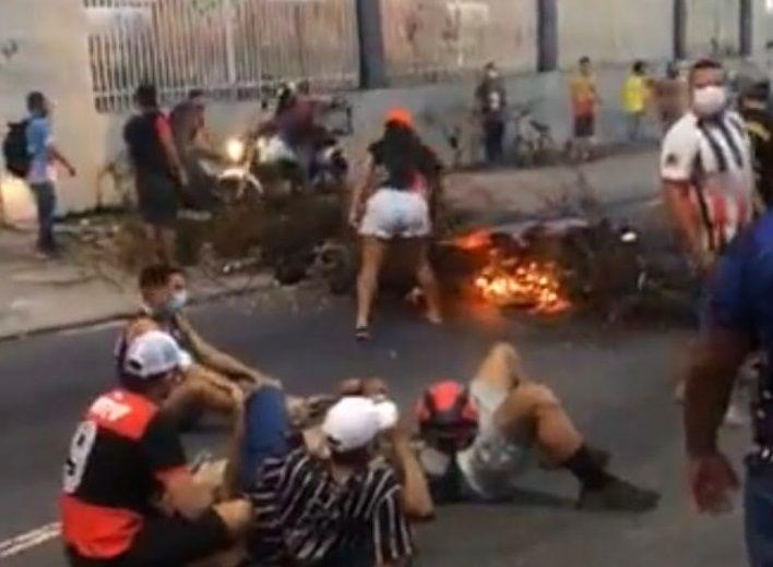 Manifestante tocam fogo e fecham rua da TV A Crítica e em condomínio de Wilson Lima