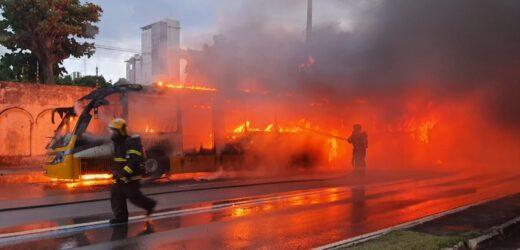 Ônibus pega fogo na Avenida Constantino Nery